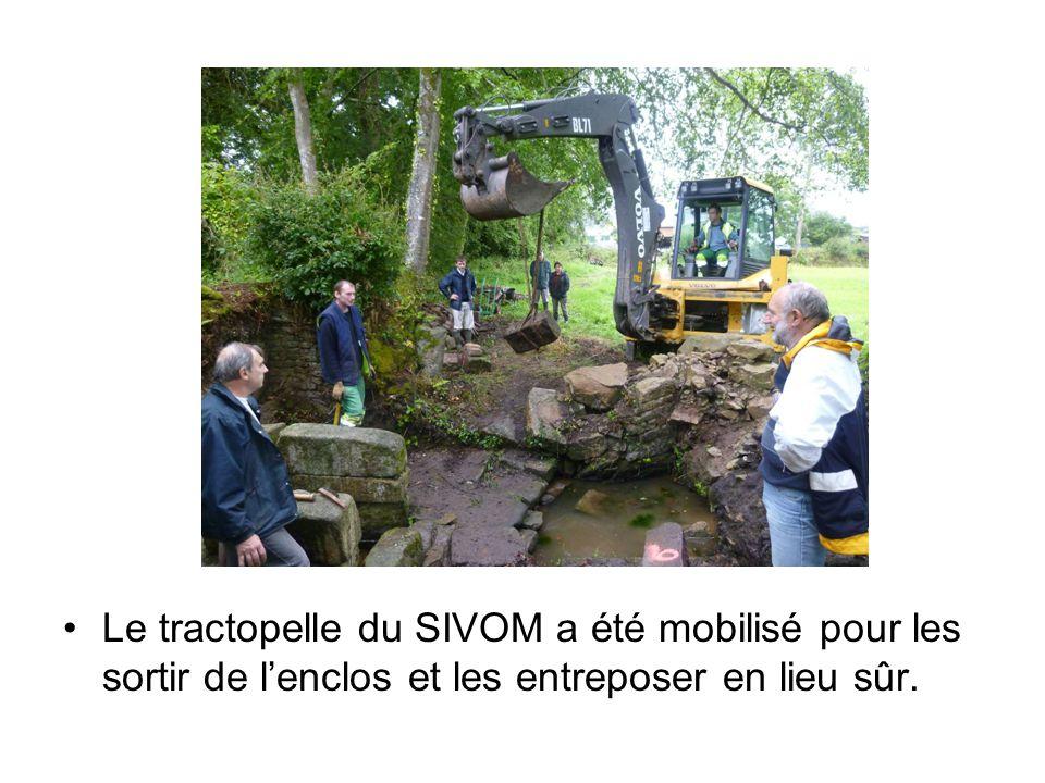 Le tractopelle du SIVOM a été mobilisé pour les sortir de l'enclos et les entreposer en lieu sûr.