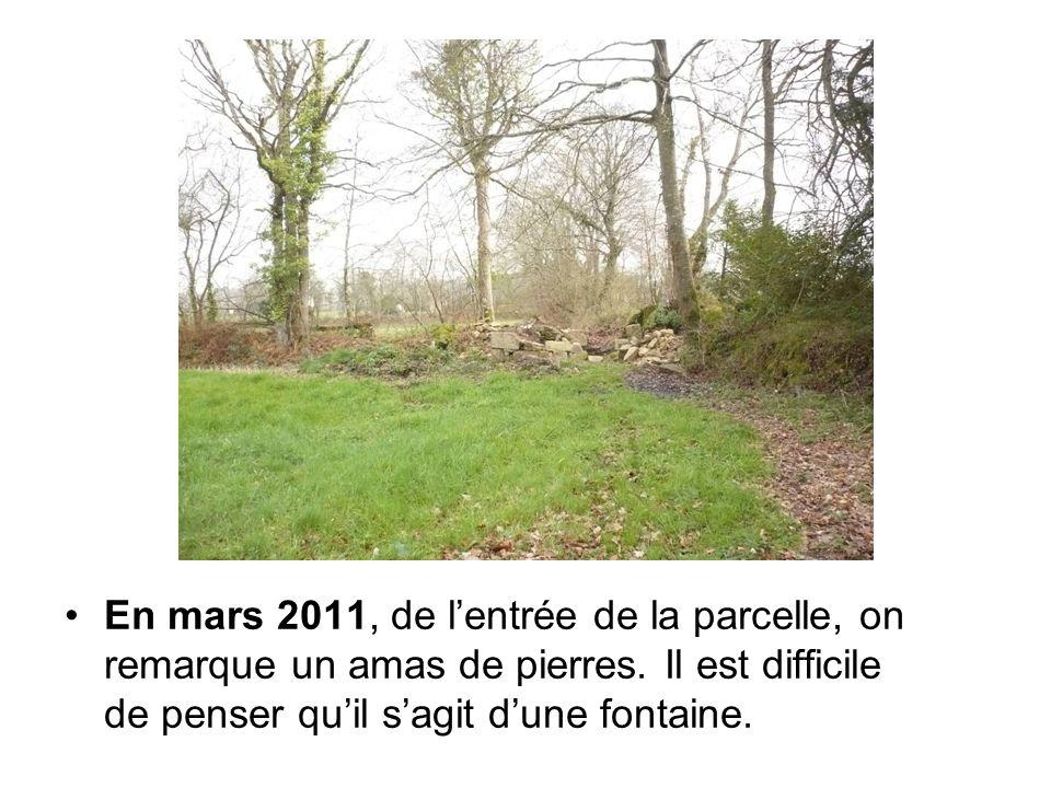 En mars 2011, de l'entrée de la parcelle, on remarque un amas de pierres.