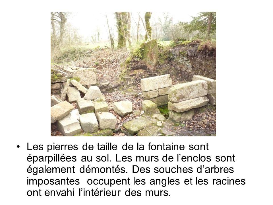 Les pierres de taille de la fontaine sont éparpillées au sol