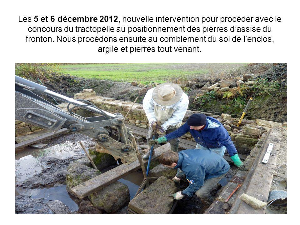 Les 5 et 6 décembre 2012, nouvelle intervention pour procéder avec le concours du tractopelle au positionnement des pierres d'assise du fronton.