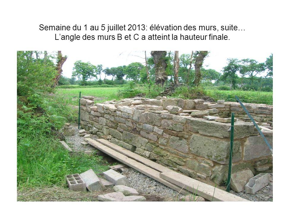 Semaine du 1 au 5 juillet 2013: élévation des murs, suite… L'angle des murs B et C a atteint la hauteur finale.