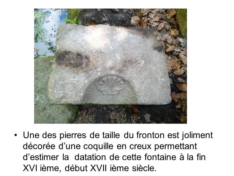 Une des pierres de taille du fronton est joliment décorée d'une coquille en creux permettant d'estimer la datation de cette fontaine à la fin XVI ième, début XVII ième siècle.
