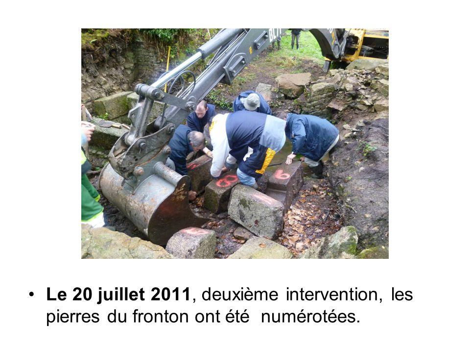 Le 20 juillet 2011, deuxième intervention, les pierres du fronton ont été numérotées.
