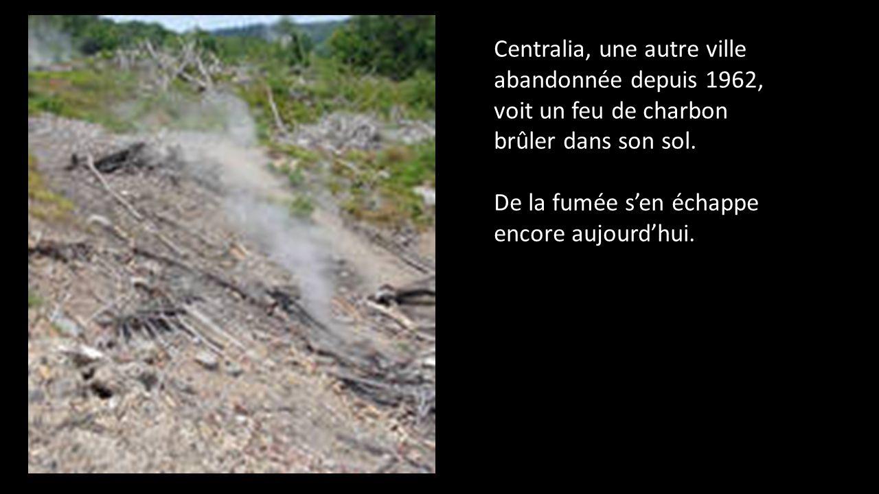 Centralia, une autre ville abandonnée depuis 1962, voit un feu de charbon brûler dans son sol.
