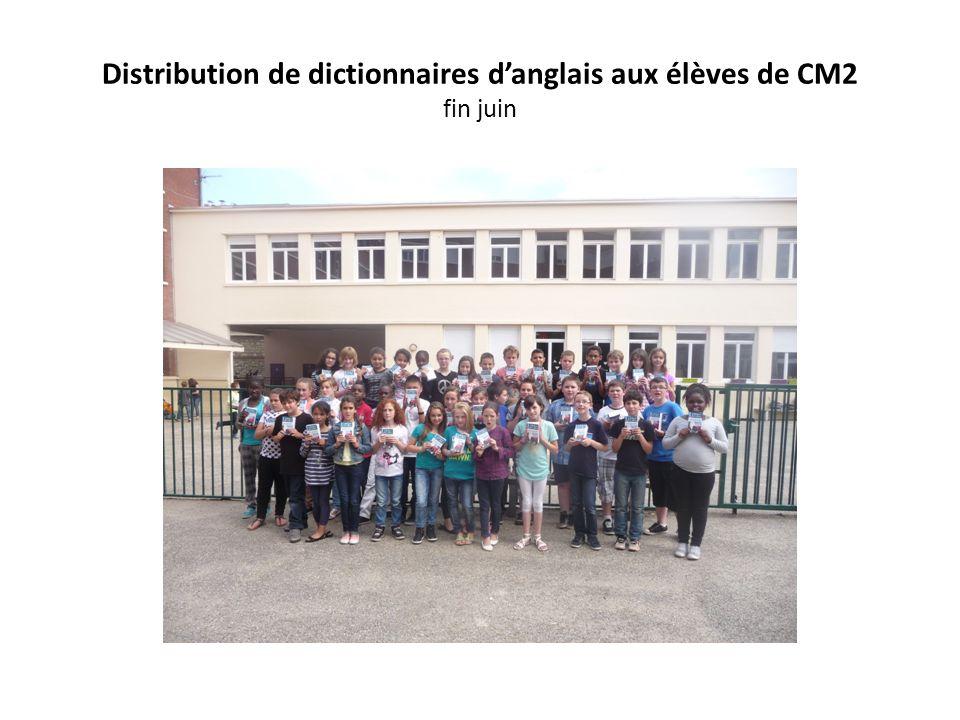 Distribution de dictionnaires d'anglais aux élèves de CM2 fin juin