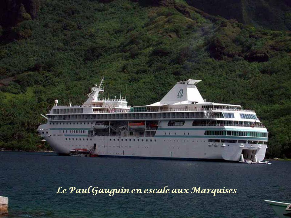 Le Paul Gauguin en escale aux Marquises
