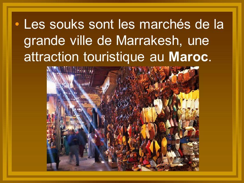 Les souks sont les marchés de la grande ville de Marrakesh, une attraction touristique au Maroc.
