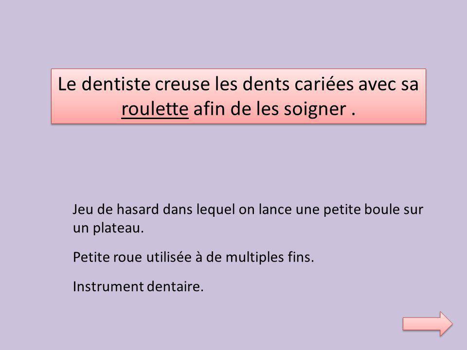 Le dentiste creuse les dents cariées avec sa
