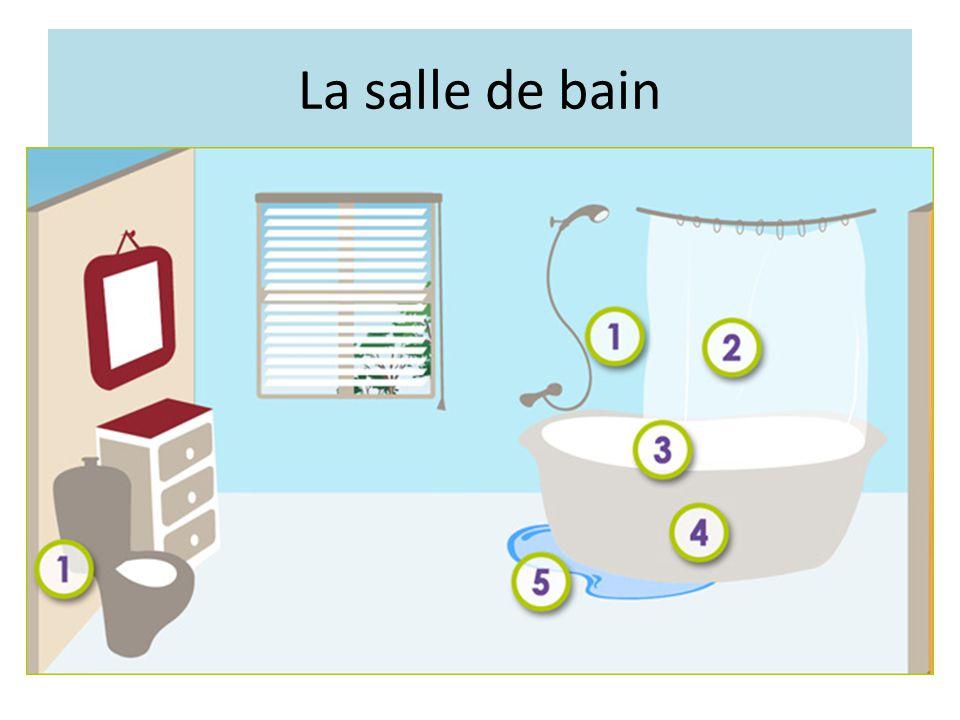La salle de bain Toilette à bonne hauteur avec distributeur de papier à portée de main. Baignoire avec antidérapant au fond.