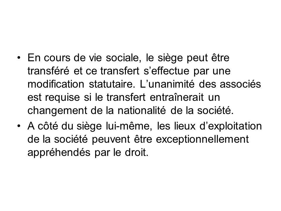 En cours de vie sociale, le siège peut être transféré et ce transfert s'effectue par une modification statutaire. L'unanimité des associés est requise si le transfert entraînerait un changement de la nationalité de la société.