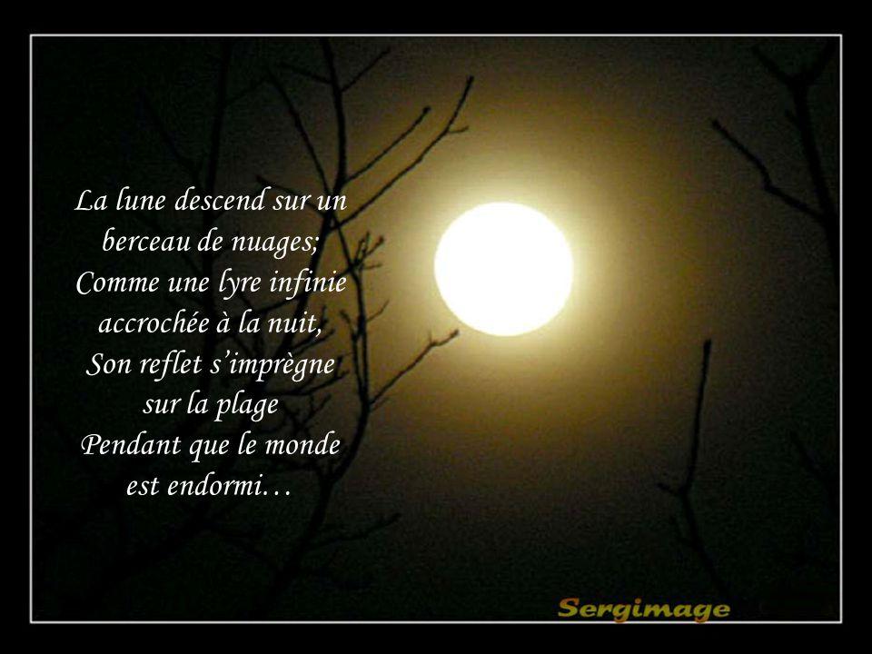 La lune descend sur un berceau de nuages;