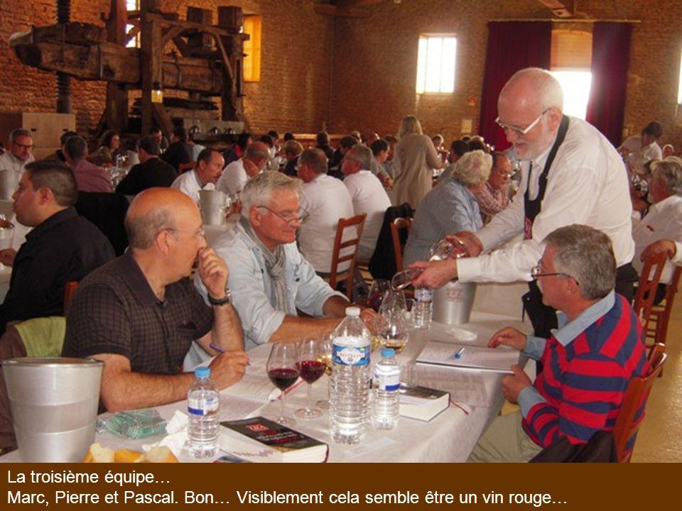 La troisième équipe… Marc, Pierre et Pascal. Bon… Visiblement cela semble être un vin rouge…