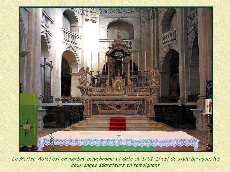 Le Maître-Autel est en marbre polychrome et date de 1751