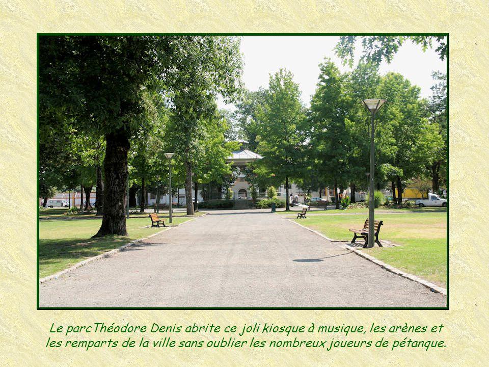 Le parcThéodore Denis abrite ce joli kiosque à musique, les arènes et les remparts de la ville sans oublier les nombreux joueurs de pétanque.
