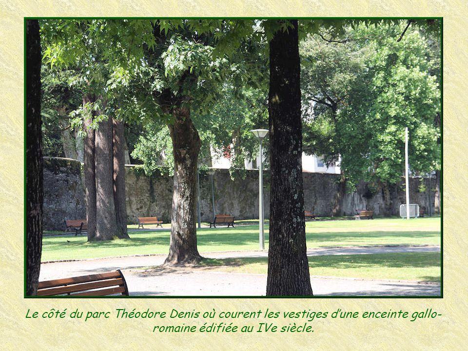 Le côté du parc Théodore Denis où courent les vestiges d'une enceinte gallo-romaine édifiée au IVe siècle.