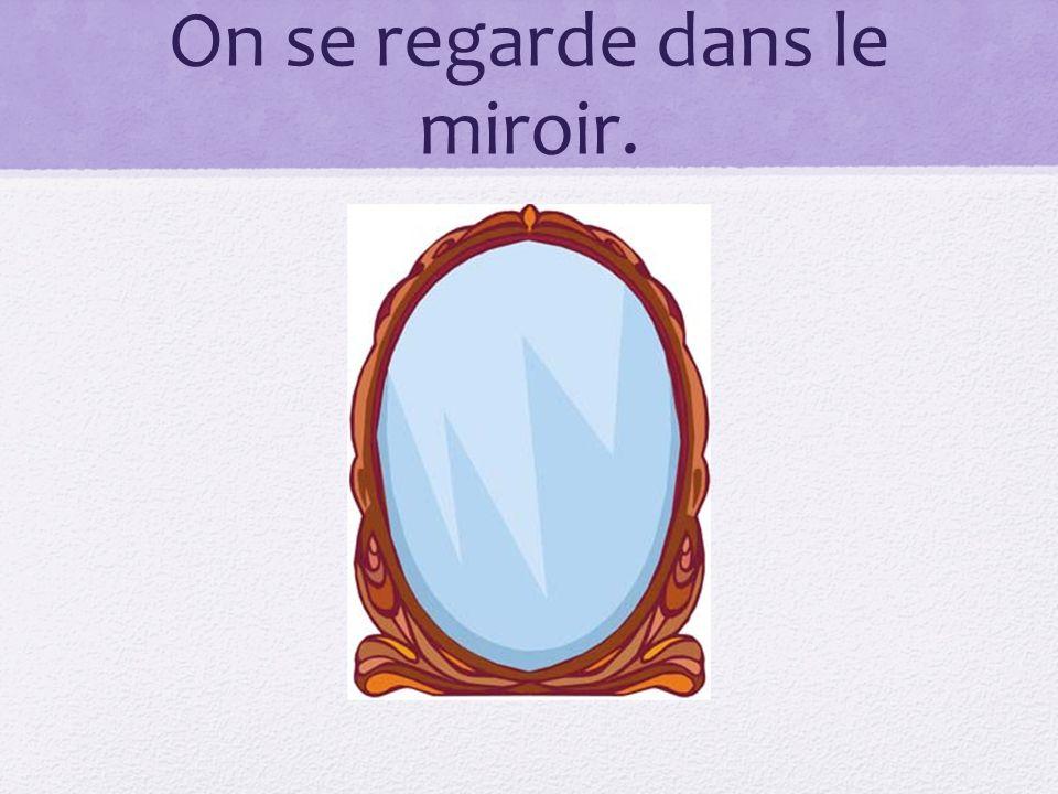 On se regarde dans le miroir.