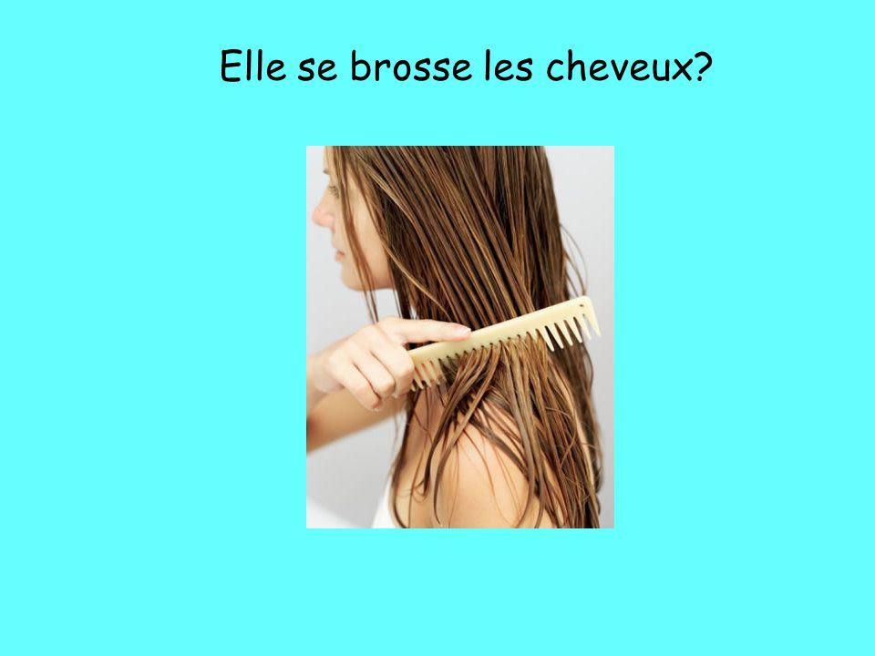 Elle se brosse les cheveux