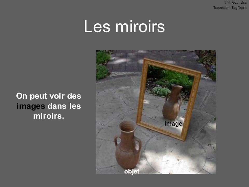 On peut voir des images dans les miroirs.