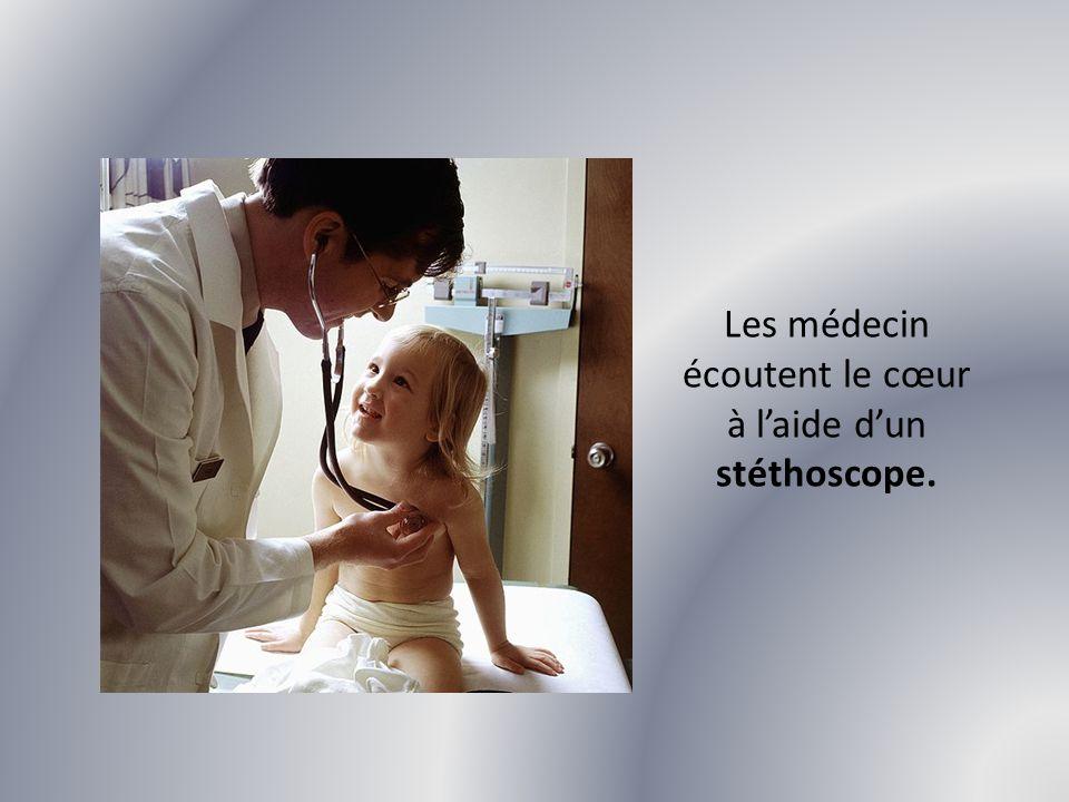 Les médecin écoutent le cœur à l'aide d'un stéthoscope.