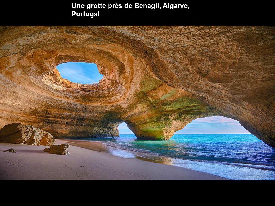 Une grotte près de Benagil, Algarve, Portugal