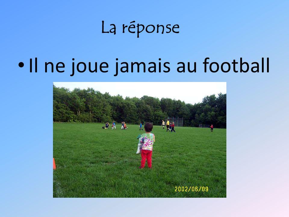 Il ne joue jamais au football