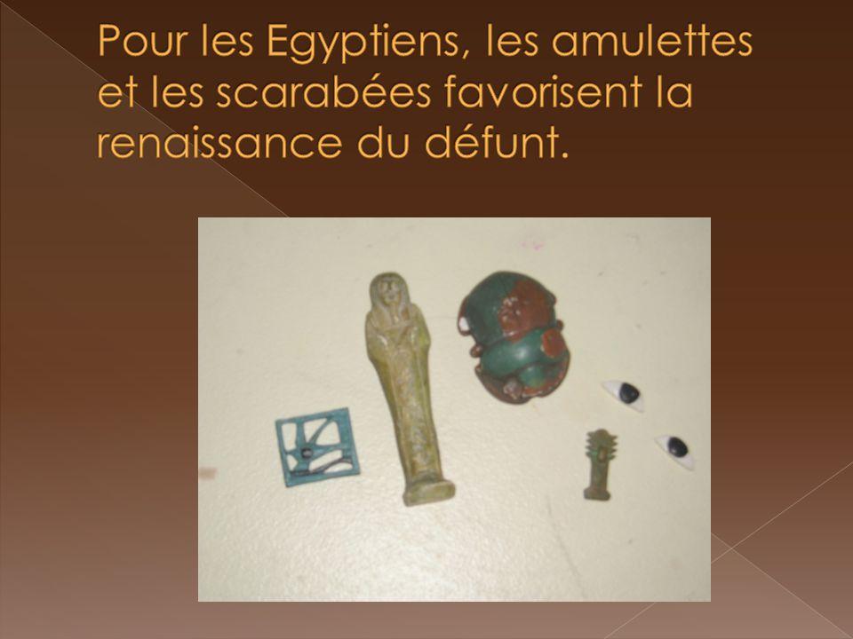 Pour les Egyptiens, les amulettes et les scarabées favorisent la renaissance du défunt.