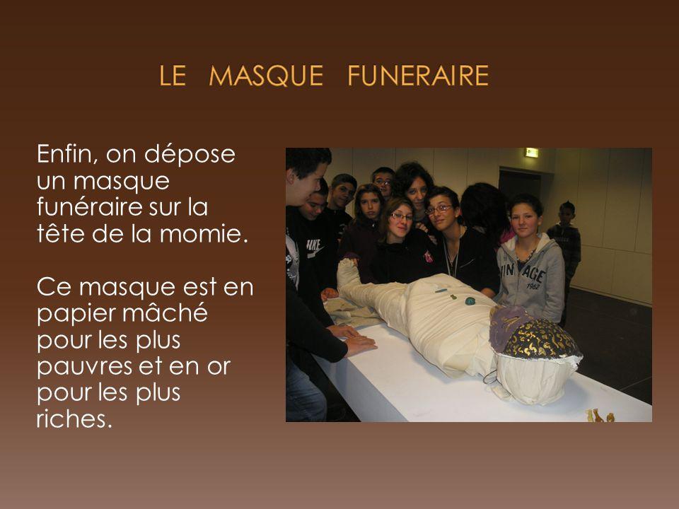 LE MASQUE FUNERAIRE Enfin, on dépose un masque funéraire sur la tête de la momie.