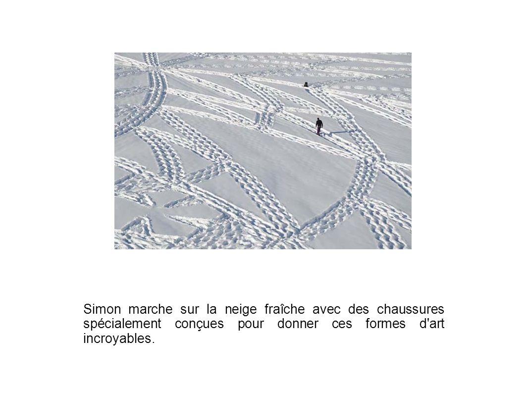 Simon marche sur la neige fraîche avec des chaussures spécialement conçues pour donner ces formes d art incroyables.