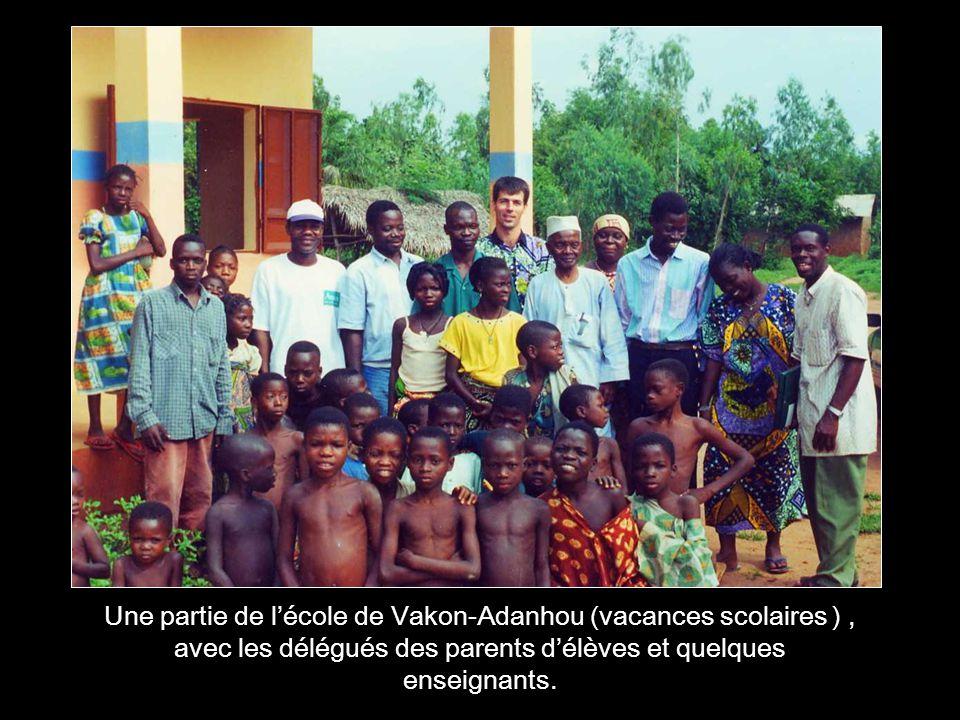Une partie de l'école de Vakon-Adanhou (vacances scolaires ) , avec les délégués des parents d'élèves et quelques enseignants.