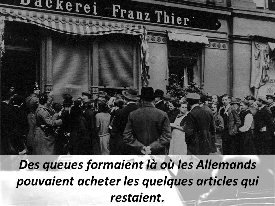 Des queues formaient là où les Allemands pouvaient acheter les quelques articles qui restaient.