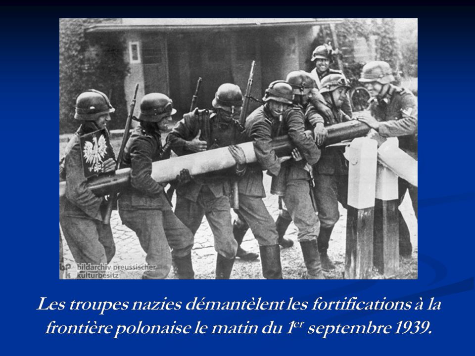 Les troupes nazies démantèlent les fortifications à la frontière polonaise le matin du 1er septembre 1939.
