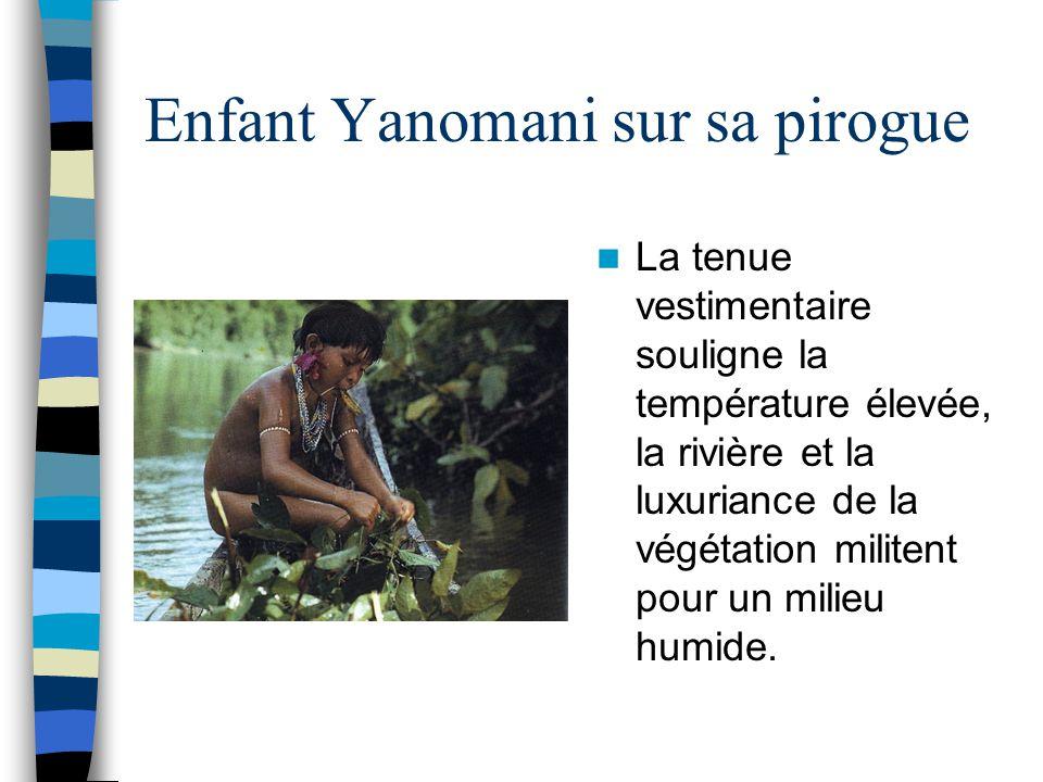 Enfant Yanomani sur sa pirogue