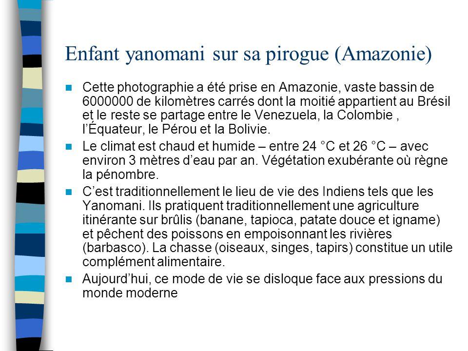 Enfant yanomani sur sa pirogue (Amazonie)