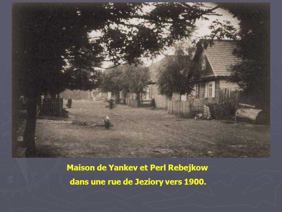 Maison de Yankev et Perl Rebejkow dans une rue de Jeziory vers 1900.