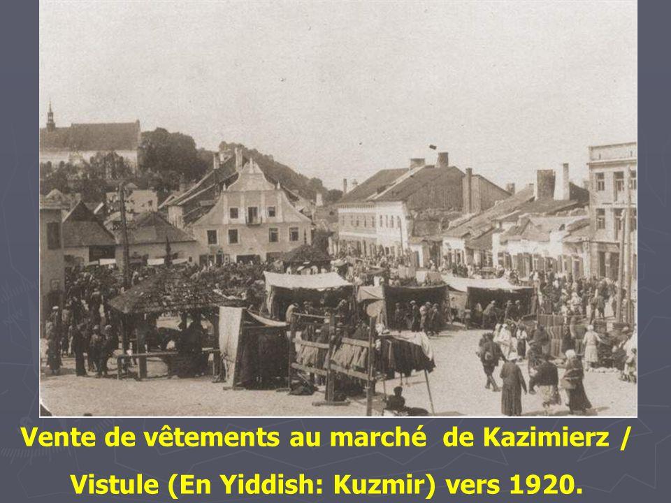 Vente de vêtements au marché de Kazimierz / Vistule (En Yiddish: Kuzmir) vers 1920.