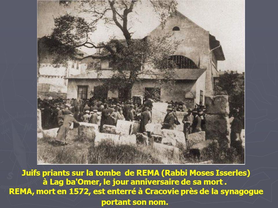 Juifs priants sur la tombe de REMA (Rabbi Moses Isserles)