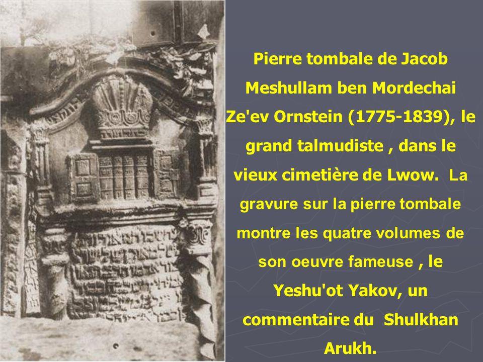 Pierre tombale de Jacob Meshullam ben Mordechai Ze ev Ornstein (1775-1839), le grand talmudiste , dans le vieux cimetière de Lwow. La gravure sur la pierre tombale montre les quatre volumes de son oeuvre fameuse , le Yeshu ot Yakov, un commentaire du Shulkhan Arukh.