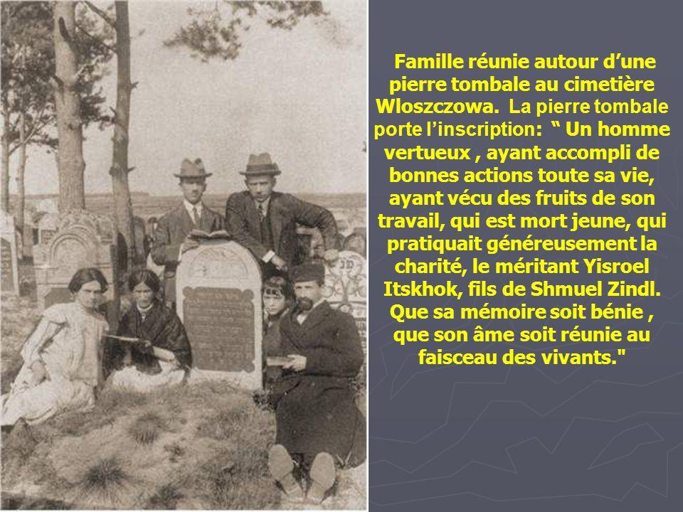 Famille réunie autour d'une pierre tombale au cimetière Wloszczowa