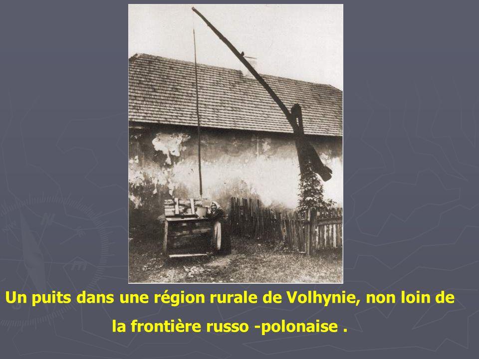 Un puits dans une région rurale de Volhynie, non loin de la frontière russo -polonaise .
