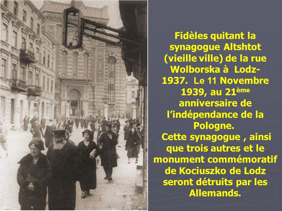 Fidèles quitant la synagogue Altshtot (vieille ville) de la rue Wolborska à Lodz-1937. Le 11 Novembre 1939, au 21ème anniversaire de l'indépendance de la Pologne.