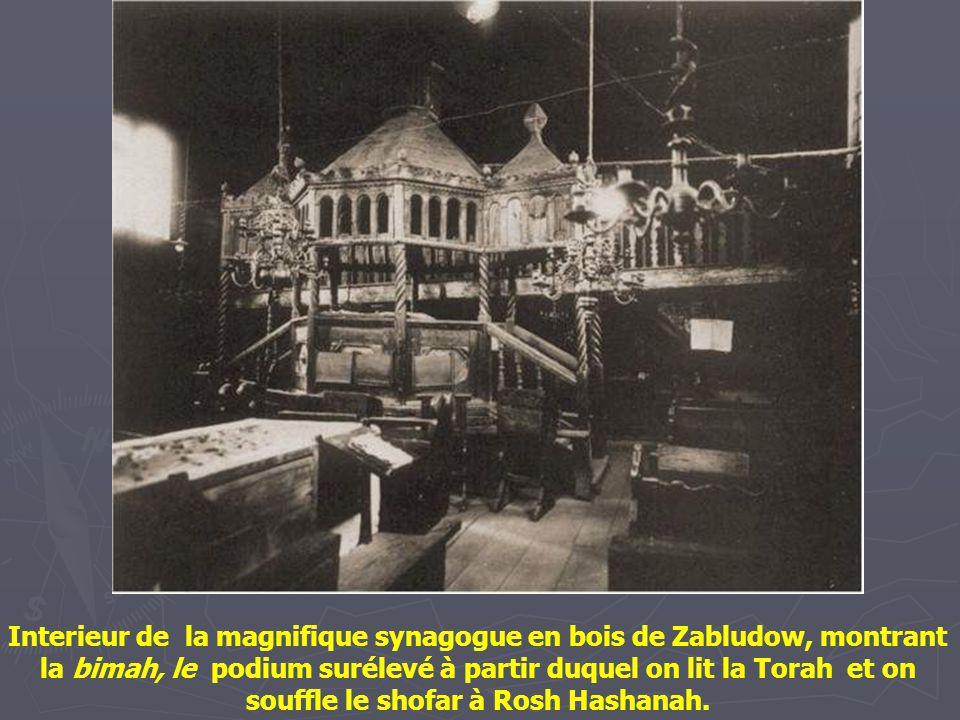 Interieur de la magnifique synagogue en bois de Zabludow, montrant la bimah, le podium surélevé à partir duquel on lit la Torah et on souffle le shofar à Rosh Hashanah.