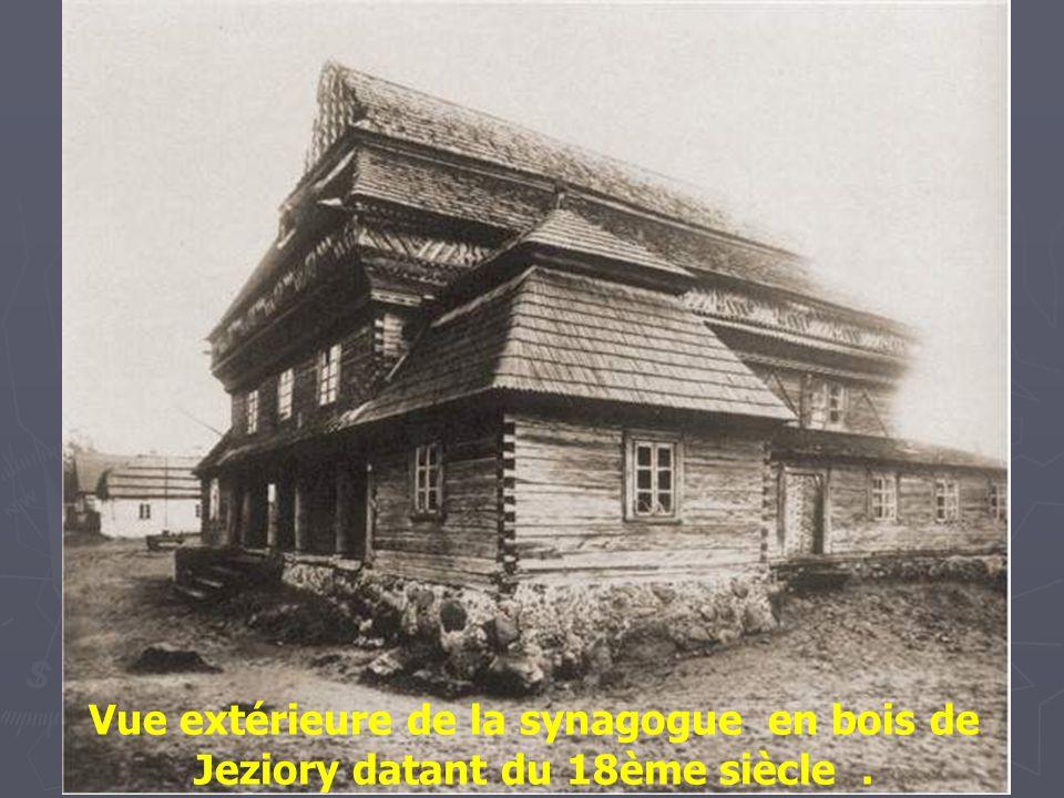 Vue extérieure de la synagogue en bois de