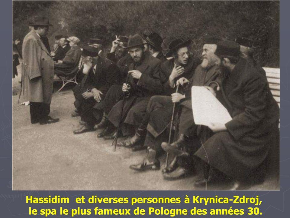 Hassidim et diverses personnes à Krynica-Zdroj,