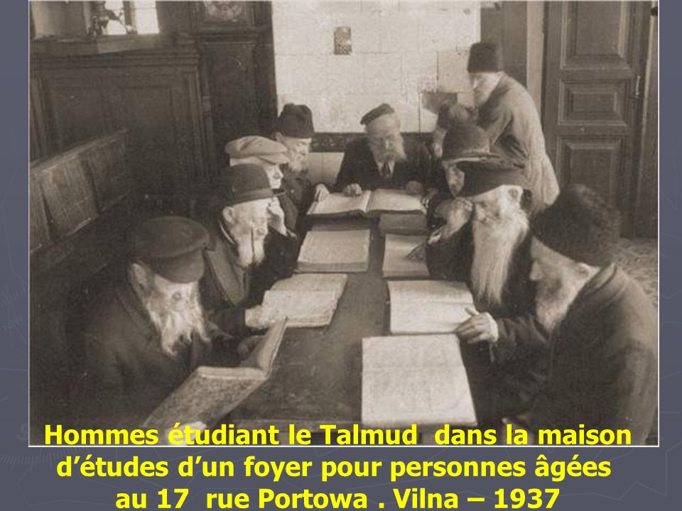 Hommes étudiant le Talmud dans la maison d'études d'un foyer pour personnes âgées