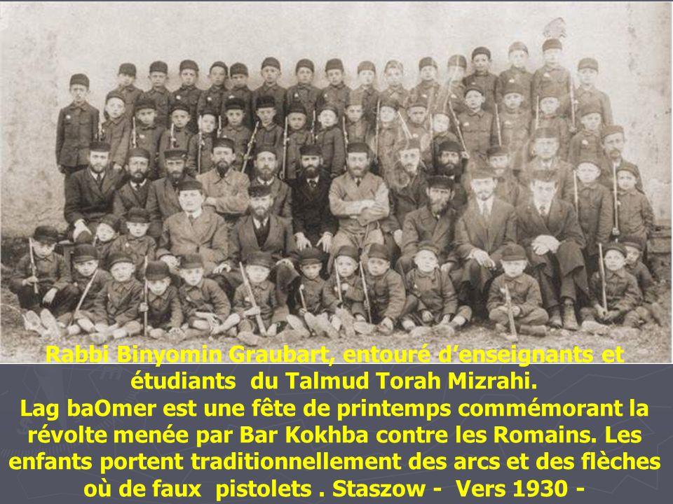 Rabbi Binyomin Graubart, entouré d'enseignants et étudiants du Talmud Torah Mizrahi.