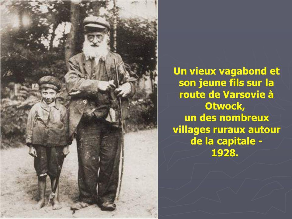 Un vieux vagabond et son jeune fils sur la route de Varsovie à Otwock,