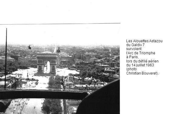 Les Alouettes Astazou du Galdiv 7. survolent. l Arc de Triomphe. à Paris, lors du défilé aérien.
