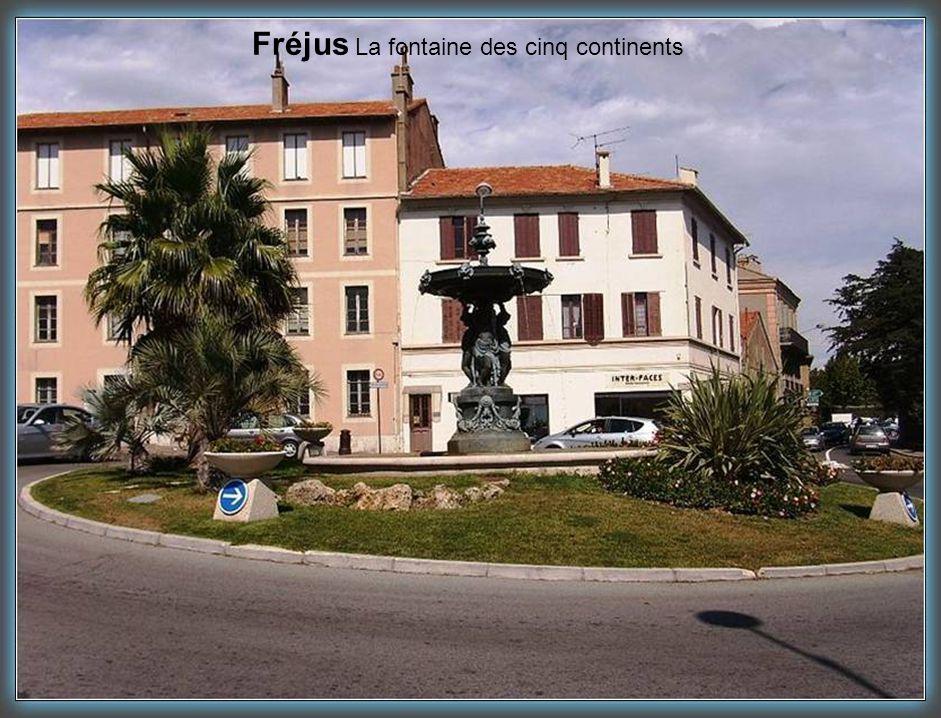 Fréjus La fontaine des cinq continents