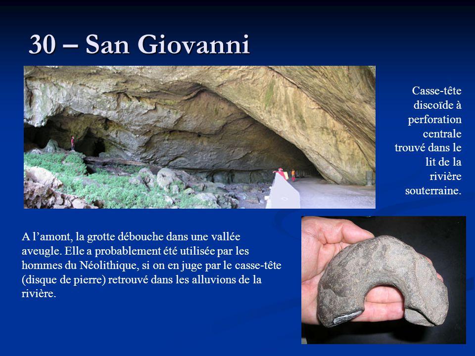 30 – San Giovanni Casse-tête discoïde à perforation centrale trouvé dans le lit de la rivière souterraine.