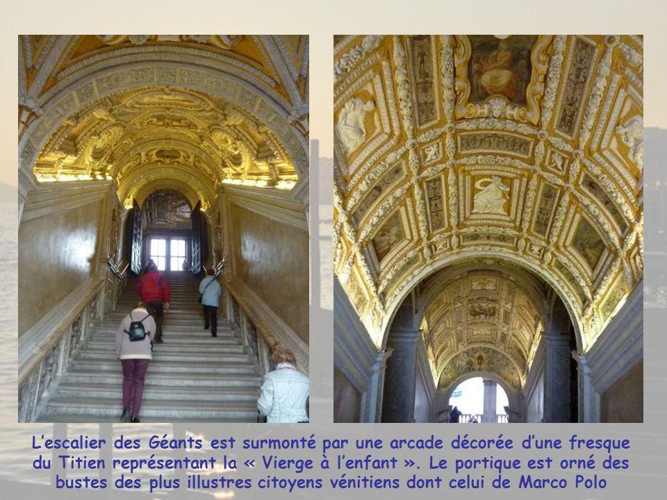 L'escalier des Géants est surmonté par une arcade décorée d'une fresque du Titien représentant la « Vierge à l'enfant ».